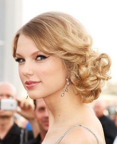 Prom updo on Taylor Swift, something between a side-bun and a ponytail with lots of curls (and lots of pins) (Prom Hair Ponytail) Short Hair Updo, My Hairstyle, Fancy Hairstyles, Celebrity Hairstyles, Bride Hairstyles, Curly Bun, Bridesmaid Hairstyles, Perfect Hairstyle, Messy Updo