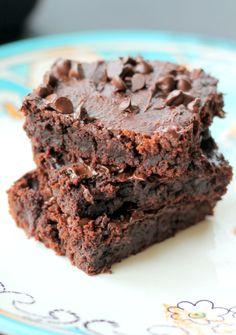 Fudgy Peanut Butter Chocolate Chip Brownies {flourless, gluten free, vegan} Sub cashew or sun butter for peanut butter!