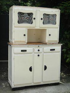 Photo vaisselier annee 50. La forme correspond à notre buffet de cuisine.