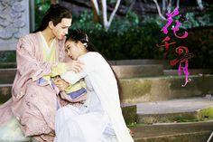 Hua Qian Gu snuggling up to Sha Jiejie after the latter healed her.