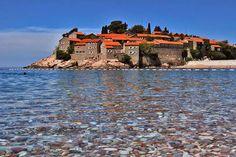 El agua del Adriático baña el pueblo amurallado de Sveti Stefan, Montenegro. #Montenegro #SvetiStefan #Balcanes