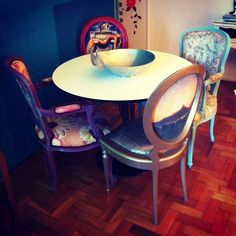 Já pensou em usar várias cadeiras diferentes na mesa de jantar? Pode ficar interessante...