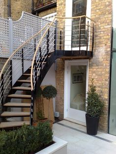The Royal Avenue Project - A lovely sweeping staircase for a modern Chelsea garden. The result is both practical and visually pleasing, a combination not easily achieved.