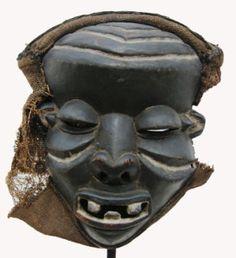 """""""Máscara de la Étnia Pende-  Los Pende, angoleños, utilizan sus máscaras en las ceremonias esta es para la Mukanda o ritual de circuncisión y de iniciación, y en la entronización de un jefe."""""""