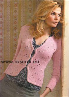 Женственный жакет нежно-розового цвета с декоративными застежками. Спицы
