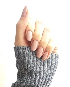False nails have the advantage of offering a manicure worthy of the most advanced backstage and to hold longer than a simple nail polish. The problem is how to remove them without damaging your nails. Neutral Nails, Nude Nails, Matte Nails, Acrillic Nails, Neutral Wedding Nails, Best Acrylic Nails, Acrylic Nail Designs, Squoval Acrylic Nails, Classy Acrylic Nails