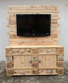 See the reclaimed wood pallet TV console, it contains the space to fix the TV with the wooden background and it is not huge that occupies too much space. The pallets are used as they were with their original color.