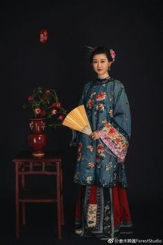 Qing Aoqun Chinese Traditional Costume, Traditional Fashion, Traditional Dresses, Chinoiserie, Hanfu, Cheongsam, Chinese Clothing, Oriental Fashion, Jolie Photo