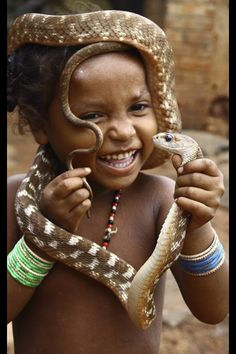 Sourire. Fearless snake charmer