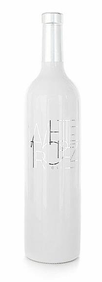 <p>Een bijzondere witte fles. De wijn is licht perzik roze met zilverachtige schittering gemaakt van Grenache 80%, Rolle 10% en Cinsault 10%. Een elegante neus met tonen van exotische vruchten, witte perzik en subtiele bloemen tonen. De smaak is zijdezacht, vol met een prettige crispy fruitge frisheid en een lange complexe afdronk.</p>