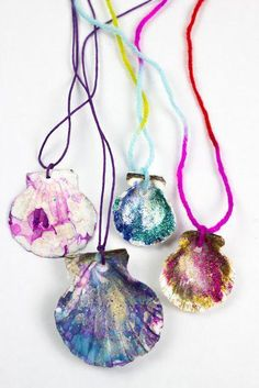 Sparkly Marmorierte Muschelketten How to make marbled and sparkling shell necklaces for summer – ideal for all mermaid or beach lovers! Mermaid Jewelry, Mermaid Necklace, Crafts To Sell, Diy Crafts, Luau Crafts, Neon Crafts, Flower Crafts, Sewing Crafts, Easy Party Games