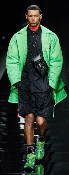 Versace Fall 2020 Ready-To-Wear Burberry Men, Gucci Men, Vogue Paris, Fashion Show, Mens Fashion, Fashion Trends, Fashion Styles, Tom Ford Men, Hugo Boss Man