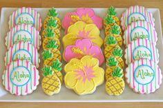 luau{Cookie Decorating} How to make pretty hibiscus cookies Aloha Party, Party Fiesta, Hawaiian Luau Party, Hawaiian Birthday, Hawaiian Theme, Luau Birthday, Tropical Party, Beach Party, Party Party
