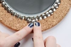 IKEA Hack: DIY Thumb Tack Mirror Try out this IKEA Mirror Hack – turn an IKEA Heat Trivet into a glamorous mirror for your wall! # Curbly-Original, # how-to Mirror Crafts, Diy Mirror, Mirror Ideas, Mantle Mirror, Mirror Lamp, Wall Mirror, Ikea Mirror Hack, Thumbtack Art, Unique Mirrors