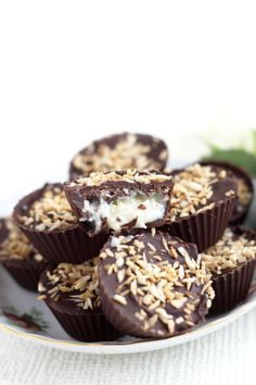 If you like Mounds Bars (or Bounty Bars) you'll love this recipe for Homemade Coconut Mounds Cups. These delectable, dark chocolate cups are filled with a sweet & creamy coconut filling and topped. Just Desserts, Delicious Desserts, Yummy Food, Candy Recipes, Dessert Recipes, Dinner Recipes, Yummy Treats, Sweet Treats, Mousse