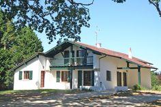 Arcangues, à vendre maison de style basque d'environ 270 m² sur un jardin de 3200 m². Entièrement rénovée, cette maison de famille offre 6 chambres et 5 salles de bains ainsi qu'une belle piscine. Garage.