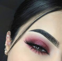 How To remove waterproof eyeliner? Make up eyes - If eyeliner and mascara are waterproof, this places special demands on your eye make-up remover. Gold Eye Makeup, Eye Makeup Brushes, Makeup Brush Set, Eyeshadow Makeup, Burgundy Makeup, Eyeshadow Palette, Gold Eyeshadow, Eyeshadow Primer, Burgundy Eyeshadow