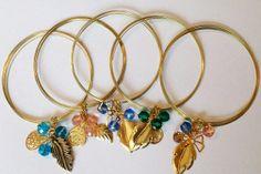 Art.P0004. Pulsera semi-rígida con piedras facetadas de colores, con dijes dorados. Por consultas escribinos a info@encapricharte.com.ar o buscanos en www.facebook.com/encapricharte