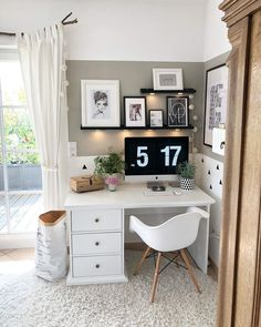 White desks give you a feeling of coziness at home Office Interior Design, Home Office Decor, Home Decor Bedroom, White Desk Bedroom, White Desk Decor, Bedroom Office Combo, Master Bedroom, Deco Studio, Study Room Decor