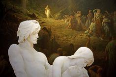 Des premières funérailles...... à la vallée des larmes... | Au premier plan, Adam et Eve portent leur fils Abel, victime de la jalousie de son frère Caïn (marbre de<b> Louis Ernest Barrias</b> 1841-1905)........ ils sont comme éclairés par l'immense toile de <b>Gustave Doré</b> (1832-1883) évoquant la lumière de la foi qui triomphe de la douleur et de la mort.