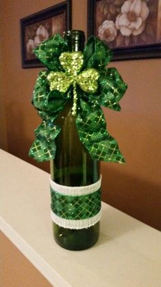 Looking for some Wine Bottle DIY ideas? Explore loads of brilliant Wine bottle crafts & have fun. Wine Bottle Art, Painted Wine Bottles, Wine Bottle Crafts, Glass Bottle, Vodka Bottle, Diy Bottle, Wine Glass, Wine Bottle Centerpieces, St Patrick's Day Decorations