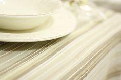 Tovaglia in cotone tinto in filo con fantasia rigata sui toni del marrone e beige. Realizzazione artigianale di Artemisia ʚϊɞ