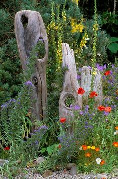 NATURAL DRIFTWOOD SCULPTURE FENCE IN MARNEY HALL'S ROOTS AND SHOOTS GARDEN, HAMPTON COURT 2001.  clivenichols.com