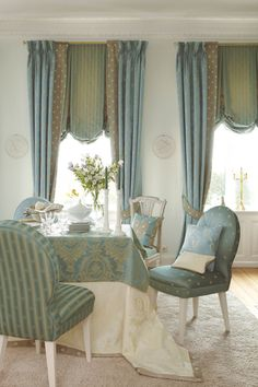 Elegant dining room with gorgeous draperies and balloon valances. Elegant Dining Room, Dining Room Design, Hanging Curtains, Drapes Curtains, Living Room Decor, Living Spaces, Cheverny, Dinner Room, Teak Dining Table