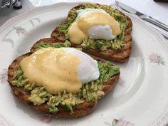 Eggs benedict met avocado en hollandaise saus. Heerlijk voor zondag!