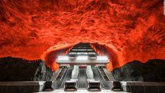 """10 estaciones de metro que son obras de arte - Solna Centrum, Estocolmo — """"El Tunnelbana de Estocolmo es conocido como una de las exhibiciones de arte más grandes del mundo"""", explica Forsyth. """"Muchas de sus estaciones conservan su estructura original, en forma de cueva, con techos y paredes pintadas"""". En esta imagen: Solna Centrum, Estocolmo."""