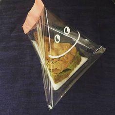 少し大きめの透明な袋を使ってテトラ型にすれば、カットケーキを潰さずにラッピングすることもできます。