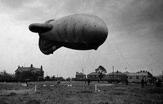 Dit is een sperballon. Deze werden gebruikt in de tweede wereldoorlog. Ze werden bevestigd met stalen kabels, waar een elektrische lading op zat. Als verdediging tegen de 'Luftwaffe' dus. Maddie vertelde hoe ze vanuit haar vliegtuig Manchester kon herkennen door die sperballonnen.