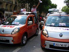 Les véhicules Têtu et Renault lors de la Marche des Fiertés 2010