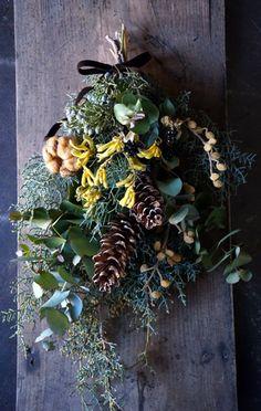 本日、盛岡の kasi-friendly さんへメディシンボトルアレンジとスワッグを納品しました。シランやヤツデの実もののボトル。オレンジの花はラナンキュ... Woodland Garden, Fall Wreaths, Christmas Wreaths, Dried Flowers, Decay, Flower Arrangements, Swag, Flower Preservation, Autumn Wreaths