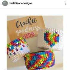 Desejo, necessito, quero, vou enlouquecer por este fio colorido! Socorroooooooooooo que lindo. . #crochet #croche #handmade #cesto #fiodemalha #feitocomamor #feitoamao #trapilho #totora #knit #knitting #decor #quartodebebe #baby #cestofiodemalha #cestoorganizador #cestodebrinquedos #organizar Por @hollidiannedesigns