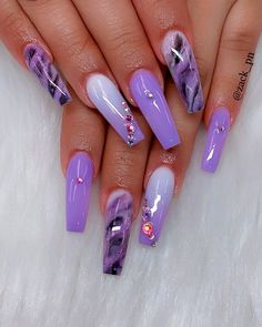 False nails have the advantage of offering a manicure worthy of the most advanced backstage and to hold longer than a simple nail polish. The problem is how to remove them without damaging your nails. Purple Acrylic Nails, Purple Nail Art, Purple Nail Designs, Cute Acrylic Nail Designs, Blue Nail, Summer Acrylic Nails, Best Acrylic Nails, Nail Art Designs, Purple Ombre Nails