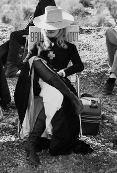 "Brigitte Bardot pendant le tournage de ""Shalaco""."