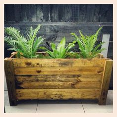 It's difficult to find a reason not to love pallet planters. However, pallet planters are lightweight as well as useful for increasing your growing area and. Recycled Pallets, Wood Pallets, Pallet Wood, Diy Pallet Projects, Garden Projects, Pallet Ideas, Wood Projects, Wood Pallet Planters, Pallet Patio