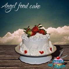 Angel food cake cubierto de merengue y fresas