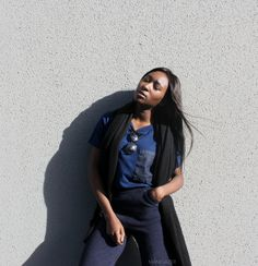 Minimal style & Fashion trends | Navy flare pants + t-shirt denim pocket + cashmere scare + edgy sunglasses. Outfit by Parisian and West African blogger Iman. || Mode minimaliste | Pantalon large flare + écharpe + lunettes de soleil. Par Iman, blogueuse Parisienne et Ouest Africaine.