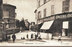 rue Norvins - Paris 18e A la place de l'épicerie (à droite)  il y a maintenant un magasin de souvenirs.