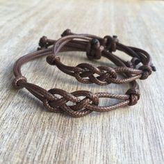 Matching bracelets These lovely couple bracelets are made of waxed cord. Both bracelets are adjustable Includes Gift Box + 2 Bracelets Please Bracelet Fil, Bracelet Knots, Bracelet Crafts, Paracord Bracelets, Bracelet Making, Diy Bracelets Easy, Braided Bracelets, Bracelets For Men, Friendship Bracelets
