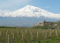 Ararat. Po prawej stronie klasztor Chor Wirap. Armenia