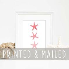 Holen Sie den Strand nach Hause mit dieser Korallen und weißen Seestern Trio Wand Kunstdruck. Es ist eine große nautische Ergänzung für jedes Heim, Wohnheim, Büro oder Kinderzimmer. Jeder Druck wird sorgfältig in Kalifornien mit den hochwertigsten Materialien, die für gestochen scharfe und lebendige Farben gefertigt. Jeder Druck ist auf LexJet Premium Archival Matte Papier gedruckt (230 g/m2). Das Papier verwenden wir für Drucke ist glatt und Neutral-weiss – ideal für präzise…