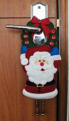 Adorno Para Chapa Puerta - Bordados Oma Felt Christmas Decorations, Christmas Crafts For Gifts, Handmade Christmas, Christmas Ornaments, Pallet Christmas, Christmas Sewing, Christmas Holidays, Felt Crafts, Diy And Crafts