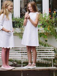 burda style, Schnittmuster Kommunionkleid – Purer Schnitt, zuckersüße Details: Aufgenähte Spitzenborten und Schleifen machen das Kleid mädchenhaft. Nr. 144 aus 02/2015