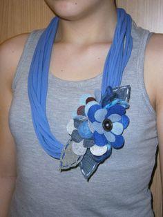 collana di fettuccia di maglia e fiore in feltro,jeans.
