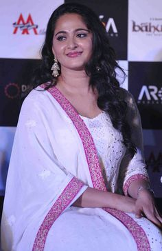 Glamorous Indian Model Anushka Shetty Hot Looks Face Actress Anushka, Bollywood Actress, Most Beautiful Indian Actress, Beautiful Actresses, Anushka Shetty Navel, Prabhas And Anushka, Anushka Photos, Dress Hairstyles, Indian Models