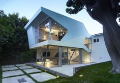 Modern house designs - Discover the unique design ideas of a modern home here. There are 21 examples of home design ideas created by professional architects California Architecture, House Architecture, Contemporary Architecture, Architecture Wallpaper, Beautiful Architecture, House Ideas, Cabin In The Woods, Unusual Homes, House Extensions