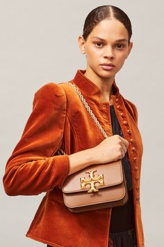 Tory Burch Damen Umhängetasche Eleanor Small Braun | SAILERstyle Rope Chain, Metal Chain, Tory Burch, Bow Blouse, Small Shoulder Bag, Italian Leather, Designer Shoes, Convertible, Stylish